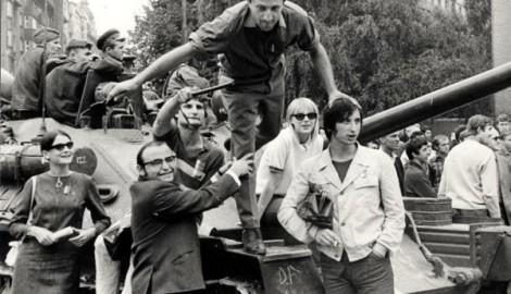 Brněnská Bohéma, Brno 21.8.1968, zcela vlevo Miroslava Hajek, na tanku tančí Pavel Řezníček přidržován Arnoštem Goldflamem