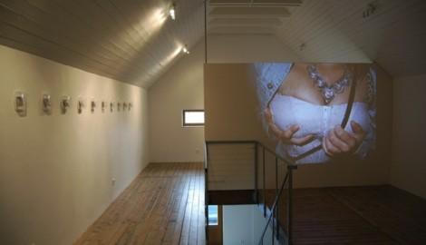Pohled do instalace výstavy Edgar: Ahoj koucourku, můžu se tě na něco zeptat? / 2013