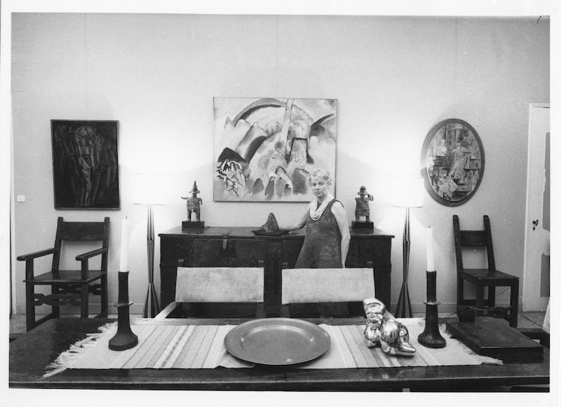 Peggy Guggenheim v jídelně v Palazzo Venier dei Leoni, Benátky, 60.léta. / Solomon R. Guggenheim Foundation / foto: Archivio CameraphotoEpoche. Gift, Cassa di Risparmio di Venezia, 2005