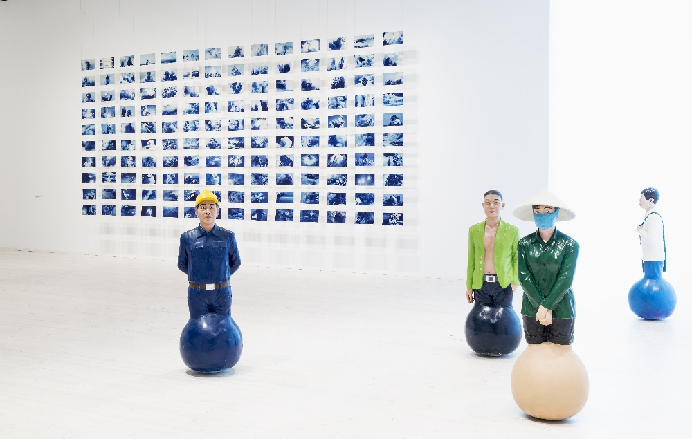Nguyen Tran Nam and Nguyen Phoung Linh / pohled do instalace výstavy /  2015 / foto: Mikael Lundgren
