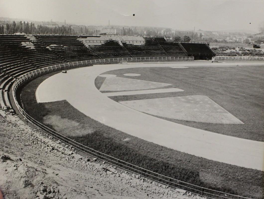 Fotbalový stadion před dokončením první stavební etapy s hliněnými stupni tribun, 1953. AMB, fond U5, inv. č. XXVIIg11