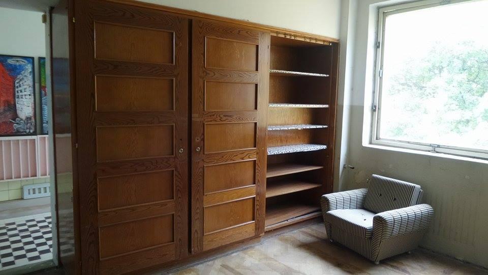 vestavena skrin v hostinskem pokoji v Kralove vile v Prachaticich, foto. Barbora Stankova