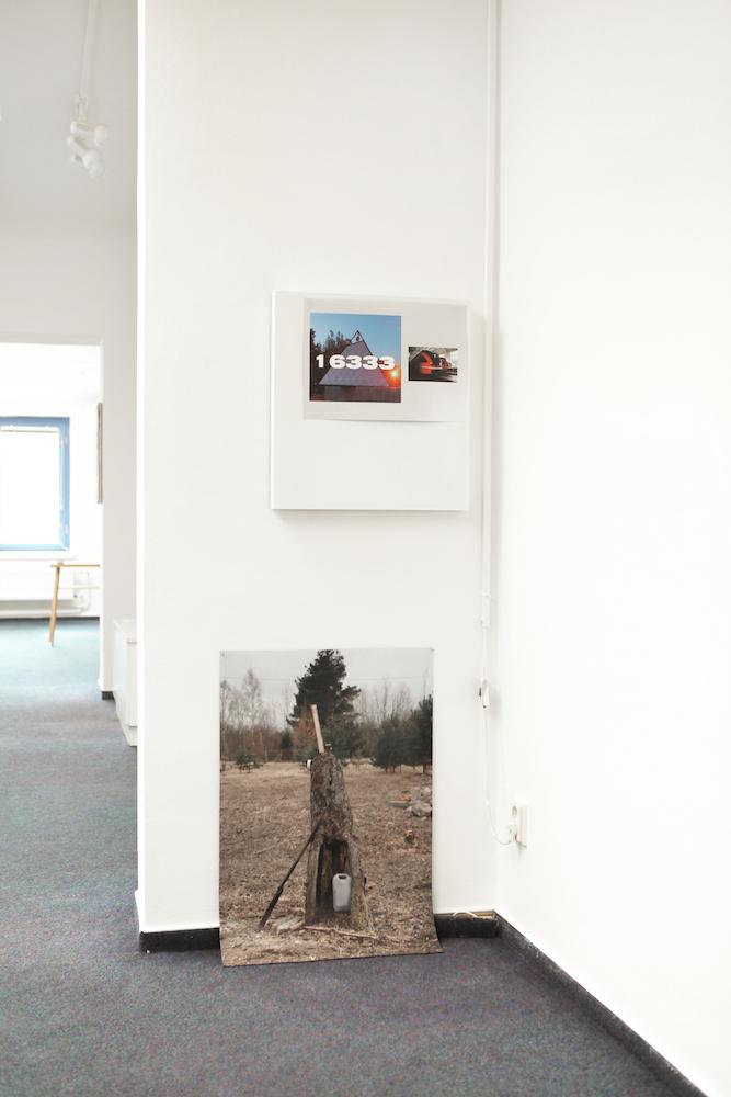 02_Pohled do instalace vystavy Simona Kadlcaka Devine divide dive