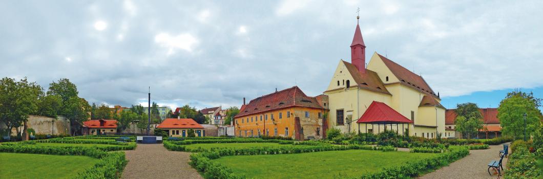 Kapucínský_klášter_v_Žatci_s_kostelem_Korunování_Panny_Marie