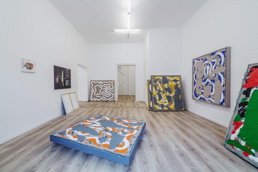 Namor Ynrobyv, pohled instalace, obrazy,, 2017