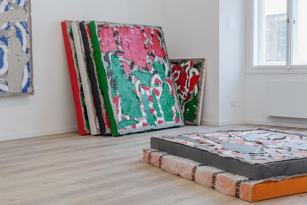 Namor Ynrobyv,, pohled instalace, obrazy,,, 2017