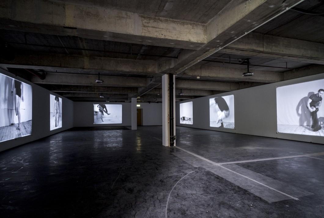 Artur Żmijewski (geb. 1966, Warschau) Realism (2017) Sechskanal-Digitalvideo übertragen von 16-mm-Film, schwarz-weiß, ohne Ton Je ca. 4–12 min
