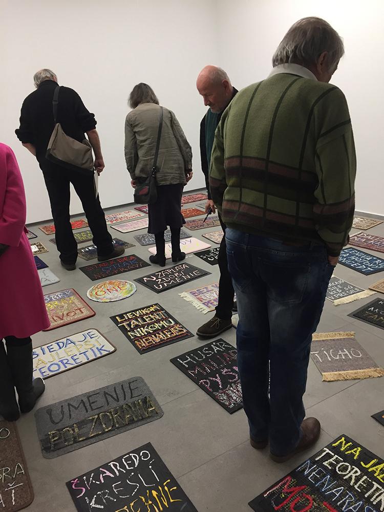 Peter Rónai na svojej výstave Opačne fungujúce umenie v Galérii 19 pokryl  podlahu galérie rohožkami najrôznejších tvarov bc2cc5da3b5